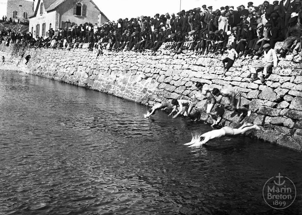 Concours de natation devant l'Abri du Marin (1910)