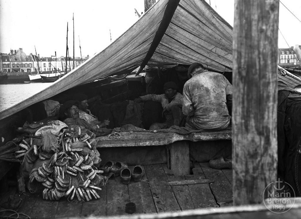 Pêcheurs cabanant à bord de leur chaloupe sardinière. (1920)