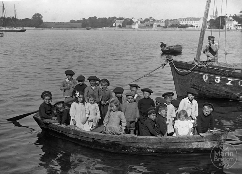 Groupe d'enfants à bord d'une plate (1900-1910)