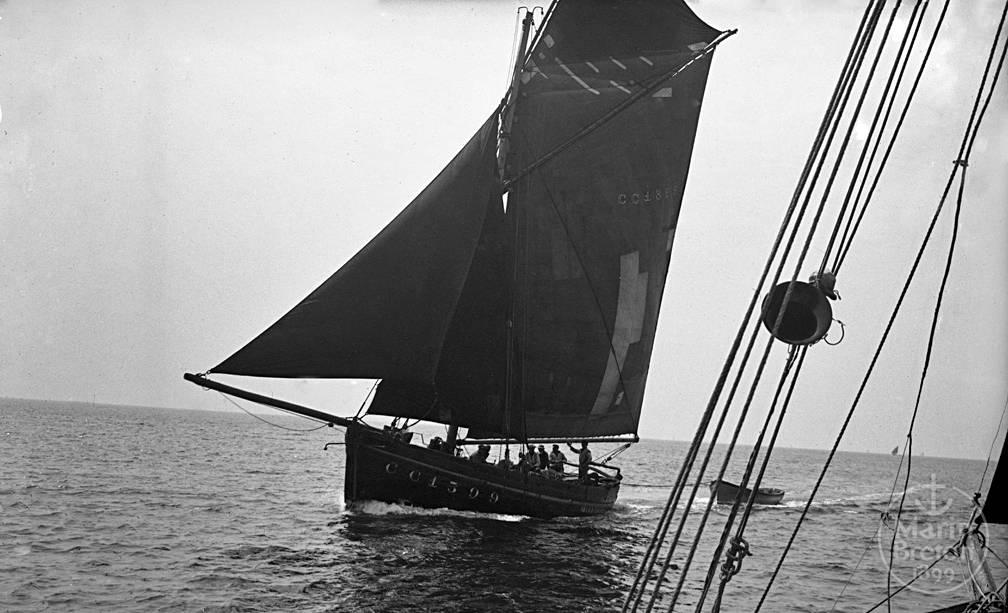 Sloup sardinier concarnois rentrant au port par petit temps (1920)