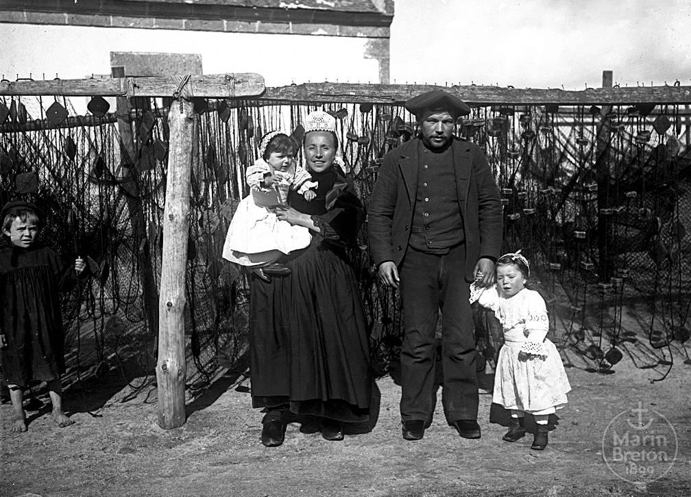 Une famille de pêcheur du Pays Bigouden (1900-1910)