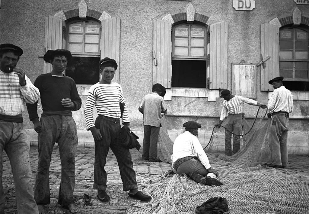 Pêcheurs ramendant leurs filets devant l'Abri du Marin de Belle-Ile (1920)