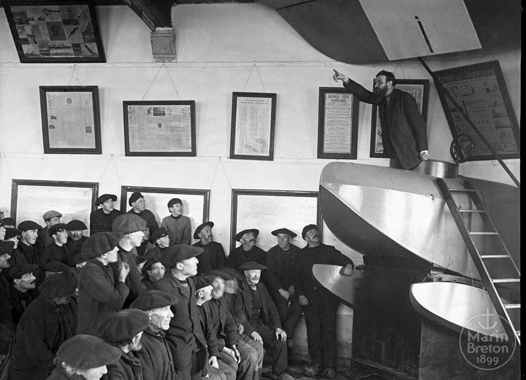 Pêcheurs assistant à une conférence - Abri du marin de Douarnenez (1920)