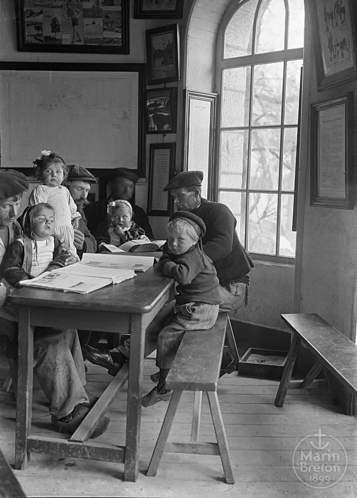 Jeunes enfants et leurs pères dans l'Abri du Marin de Sainte-Marine (1910)