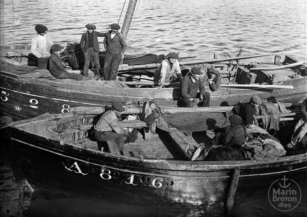 Les équipages de deux chaloupes sardinières au port (1910)
