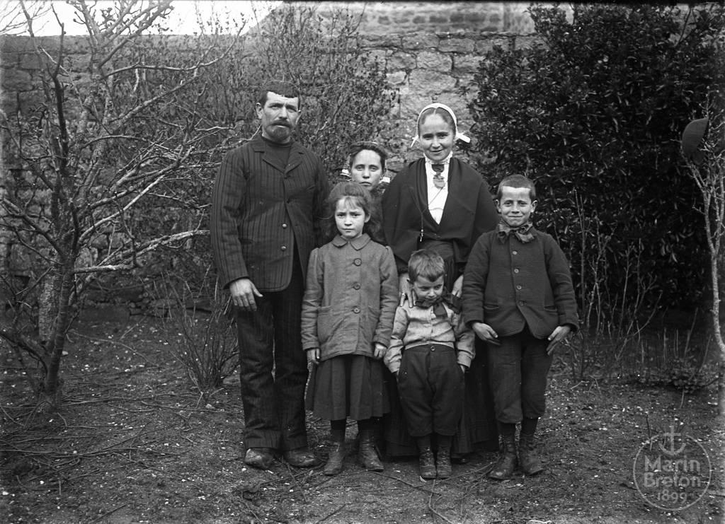 La famille d'Edouard Limermont, gardien de l'Abri du Marin de l'Ile-Tudy (1910)