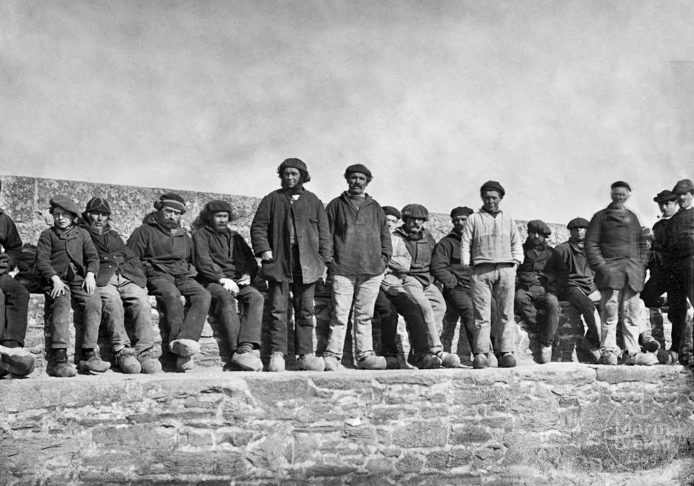 Pêcheurs sur le vieux môle de Roscoff (1900)
