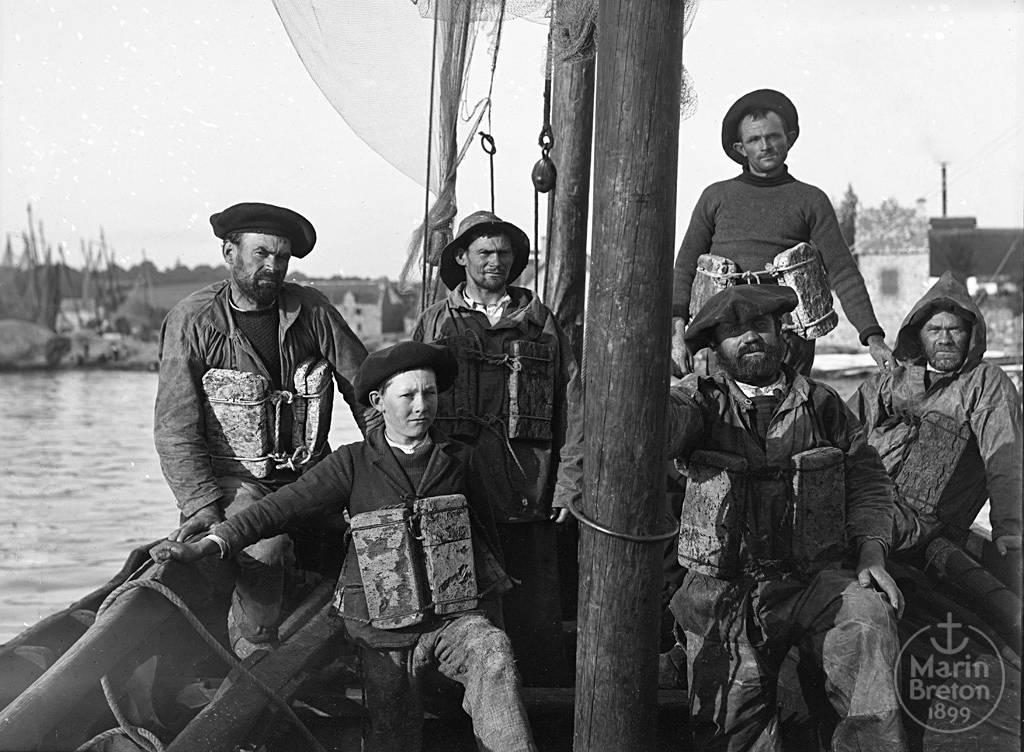 """Equipage de la chaloupe """"AFM"""" du Passage-Lanriec revêtu de ses flotteurs de sauvetage (1904)"""
