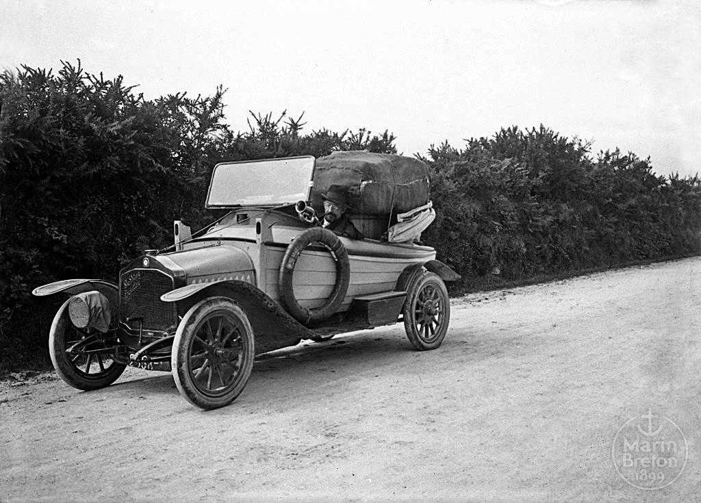 Jacques de Thézac au volant son auto-canot (1905)