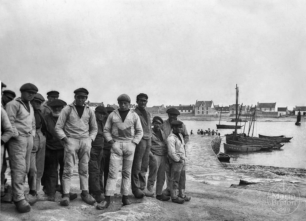 Groupe de pêcheurs sur la cale de Léchiagat (1920-1930)