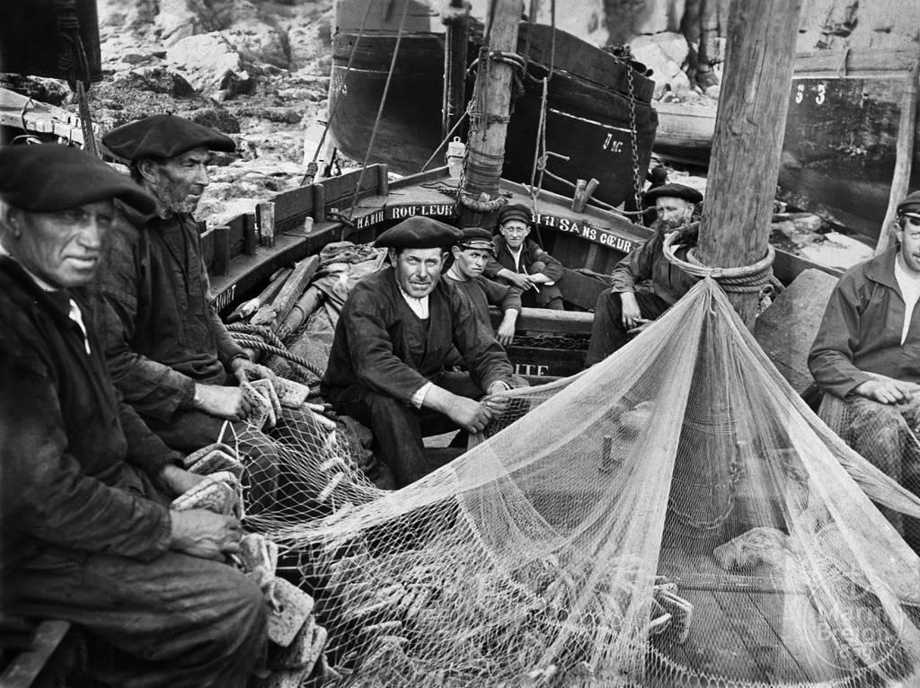 Marins-pêcheurs à bord de leur chaloupe ramendant leur filet (1920)