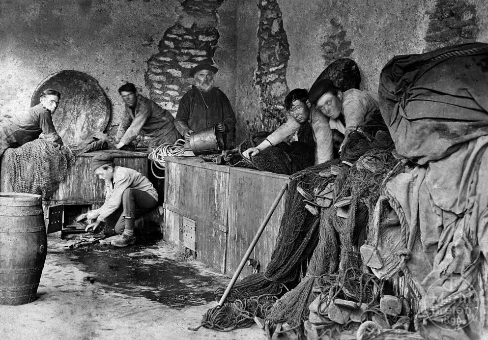Marins au travail sous le préau de l'Abri du Marin du Guilvinec (1930)